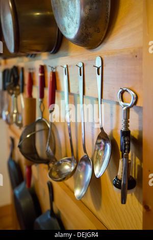 Bovina Center, New York - les ustensiles de cuisine accroché au mur d'une cabane dans les montagnes Catskill. Banque D'Images