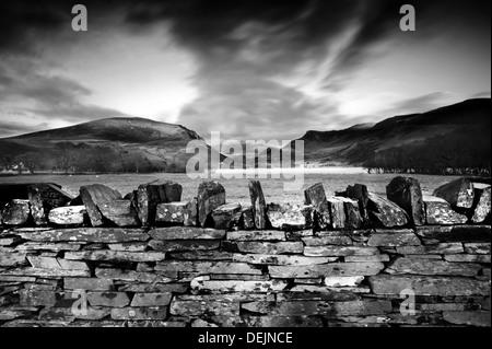 Mur de pierre et le coucher du soleil dans le Nord du Pays de Galles, Royaume-Uni, sommet de Snowdonia en arrière Banque D'Images
