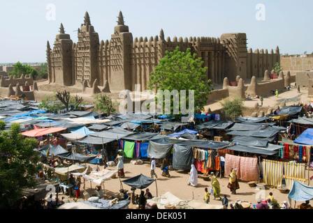 Grande Mosquée de Djenné et lundi marché. Djenné. La région de Mopti. Delta Intérieur du Niger. Le Mali. L'Afrique Banque D'Images