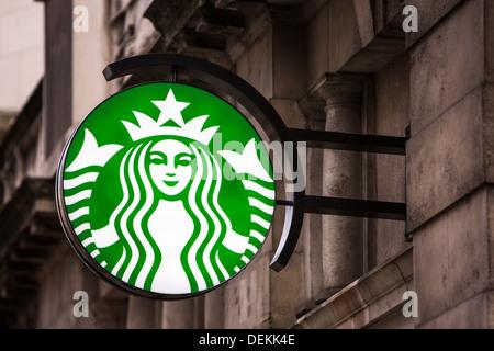 Le Starbucks signe extérieur d'un café dans la ville de Londres. Banque D'Images
