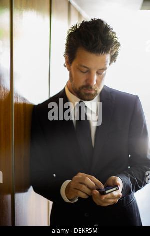 Caucasian businessman using cell phone Banque D'Images