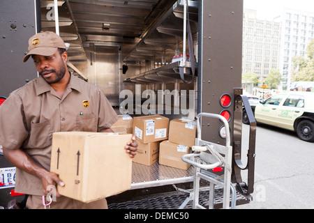 Chariot de déchargement homme UPS - Washington, DC USA Banque D'Images