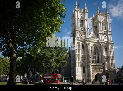 La grande façade occidentale de l'abbaye de Westminster de Londres avec une nouvelle génération red London Routemaster Banque D'Images