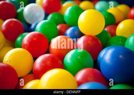 Enfants colorés Balles molles Banque D'Images