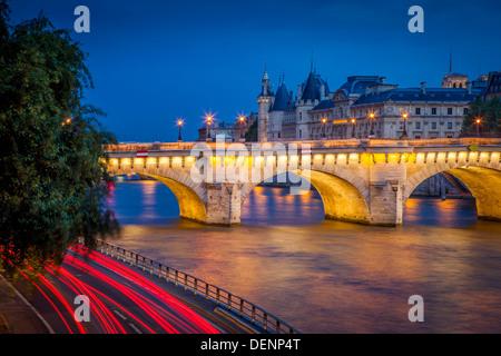 Twilight sur Pont Neuf et la Conciergerie, le long de la Seine, Paris France