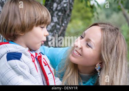 Famille heureuse dans la forêt, se concentrer sur la mère Banque D'Images