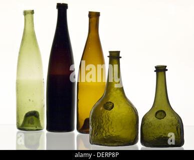 Différents types de bouteilles antiques exposées au musée du verre situé dans la Verrerie Royale (xviiie siècle) Banque D'Images