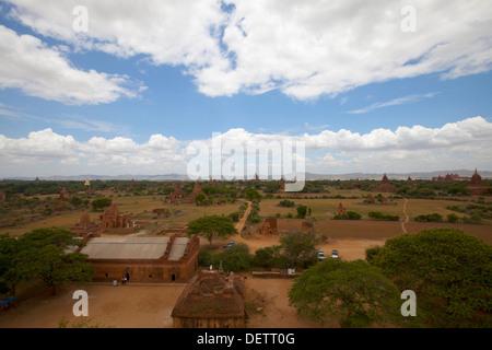 Vue de temples dans la plaine centrale de Bagan. Banque D'Images