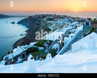 Coucher de soleil sur le village de Oia sur l'île de Santorin Grèce Europe Banque D'Images