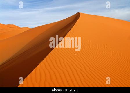 Les modèles de l'ombre et de sable sur les dunes de sable de l'Erg Chebbi dans la lumière du soir, à l'extrémité Banque D'Images