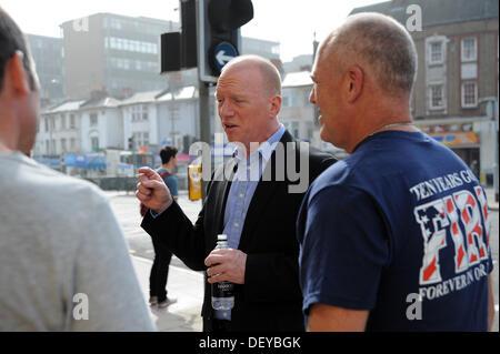 Secrétaire général de l'Union européenne de lutte contre l'incendie Les pompiers Rack Matt rejoint sur la ligne de piquetage à l'extérieur de la Caserne de cirque Preston à Brighton.