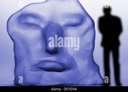 Homme seul en face d'un visage déformé, dépression Banque D'Images