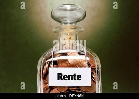 Pot en verre rempli de cents, appelée rente, Allemand pour la retraite Banque D'Images