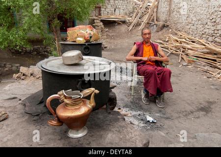 L'Inde, le Jammu-et-Cachemire, Ladakh, un moine à l'écoute de la musique via des écouteurs à Hemis Monastery Banque D'Images