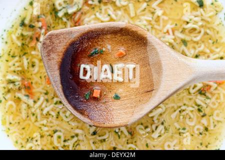 'Diaet', l'allemand pour 'régime', écrit avec des pâtes, des lettres sur une cuillère en bois, Allemagne Banque D'Images