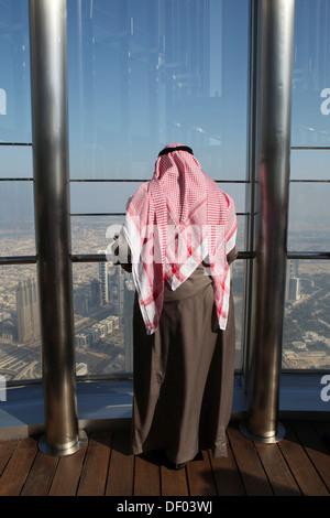 Arabes à partir de la plate-forme d'observation AU SOMMET DU 124e étage, à une hauteur d'environ 500m à Burj Khalifa Banque D'Images