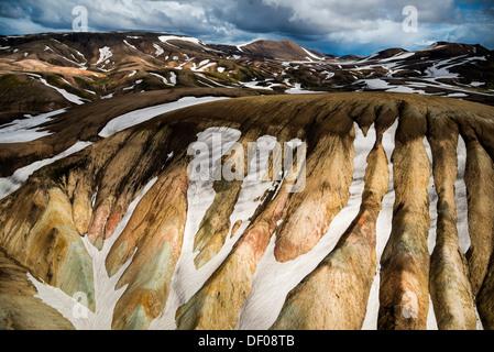 Vue aérienne des montagnes de rhyolite, partiellement recouvert de neige, Landmannalaugar, Fjallabak conservation Banque D'Images