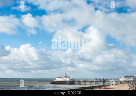 La jetée d''Eastbourne contre un ciel nuageux ciel d'été, East Sussex, UK Banque D'Images