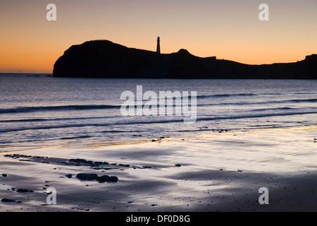 Lever du soleil derrière le phare à Castle Point à la côte Wairarapa, Nouvelle-Zélande Banque D'Images