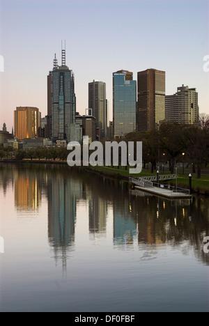 Toits de Melbourne compte dans le fleuve Yarra, Melbourne, Victoria, Australie