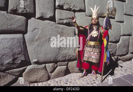 Reenactor Inca en face du célèbre 12 coins de pierre. Cuzco, Pérou Banque D'Images