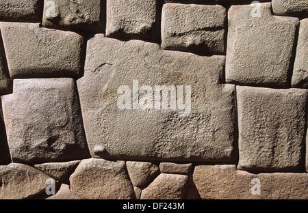 Célèbre 12 coins de la pierre dans un mur Inca sur la rue Hatunrumiyoc. Cuzco, Pérou Banque D'Images