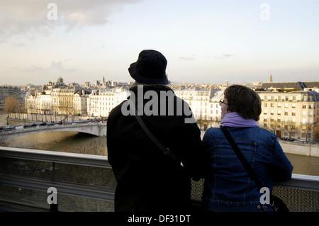 Couple à la recherche sur Paris depuis la terrasse de l'Institut du Monde Arabe (Institut du Monde Arabe). Paris. Banque D'Images