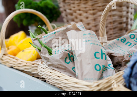 Un sac de haricots frais en vente sur un étal de fruits et légumes biologiques. Elles sont affichées sur un tableau Banque D'Images