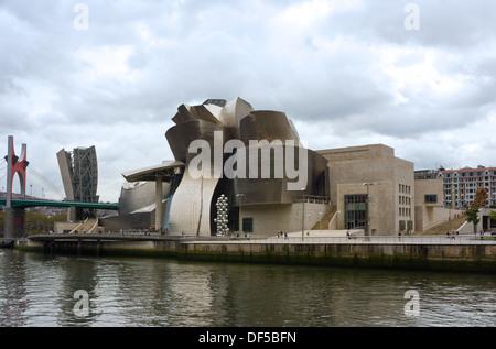 Bilbao, Espagne, le 18 septembre 2013: Le Musée Guggenheim Bilbao, conçu par l'architecte Frank Gehry. En septembre Banque D'Images