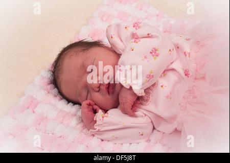 Belle Naissance bebe Fille en rose sur la couverture fait main Banque  D Images 12b12ef4ab2