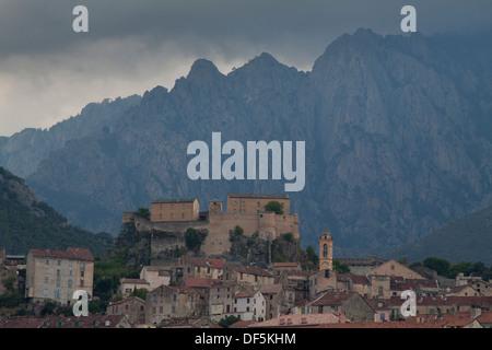 Vue panoramique de la Citadelle et de la ville de Corte avec des montagnes en arrière-plan dans le Nord de la Corse Banque D'Images