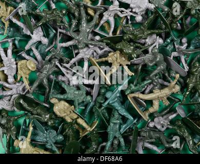 Fouillis de petits soldats en plastique vert Banque D'Images