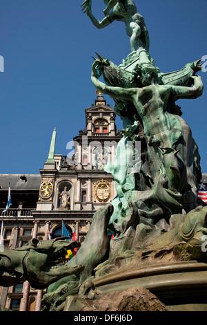 Statue de Brabo et la main du géant fontaine et Hôtel de Ville d'Anvers à la Grand-Place ou place principale d'Anvers, Banque D'Images