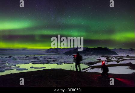 La prise de photos d'aurores boréales au Jokulsarlon, Breidarmerkurjokull Vatnajokull, glacière, à l'Islande. Banque D'Images