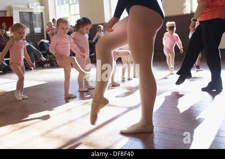 Le groupe de 3 ans in classe de ballet, vêtue de rose justaucorps Banque D'Images