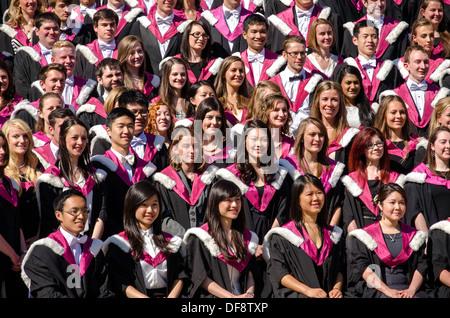 Heureux les élèves posant pour une photo de groupe après avoir obtenu son diplôme de l'Université d'Édimbourg.