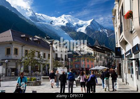 Centre de Chamonix, avec le Mont Blanc en arrière-plan, Alpes