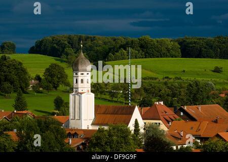 Erling, typique village de Haute-bavière, église baroque à bulbe avec enclos, et de prairies, Bavière, Allemagne Banque D'Images