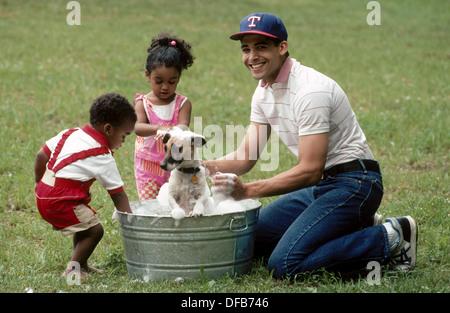 Papa et ses enfants lave-chien Banque D'Images