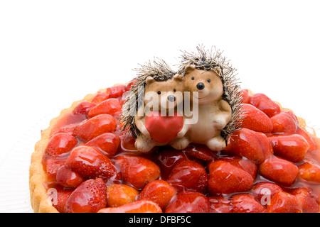 Les gâteaux avec des fraises fraîches paire de hérisson Banque D'Images