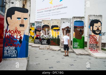 Sections de mur de Berlin d'origine peint avec les dirigeants du monde à Checkpoint Charlie à Berlin Allemagne Banque D'Images