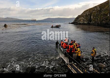 Les passagers du bateau de croisière Stella Australis Cruceros Australis compagny atterrissage sur l'île Horn, Terre Banque D'Images
