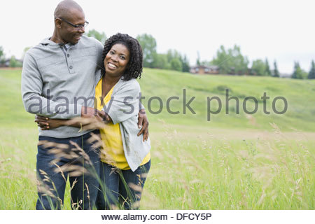 Portrait of happy couple hugging outdoors Banque D'Images