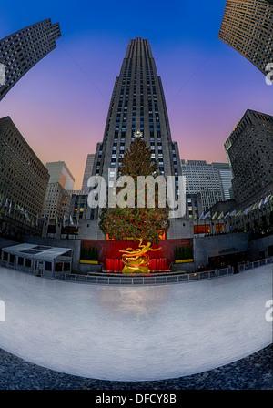 L'arbre de Noël du Rockefeller Center à la patinoire pendant l'heure du crépuscule dans la ville de New York. Banque D'Images