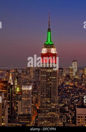 Un coucher de soleil vue du haut de la roche dans le Rockefeller Center de New York de l'Empire State Building. Banque D'Images