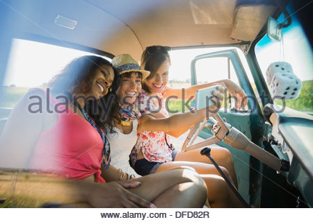 Female friends taking self-portrait en camionnette Banque D'Images