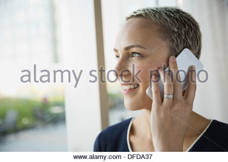 Smiling businesswoman using smart phone Banque D'Images