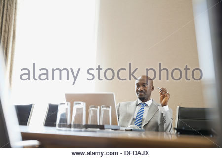 Businessman looking at laptop in Hotel salle de conférence Banque D'Images