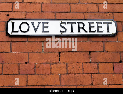 Love Street signe sur un mur de brique rouge Banque D'Images