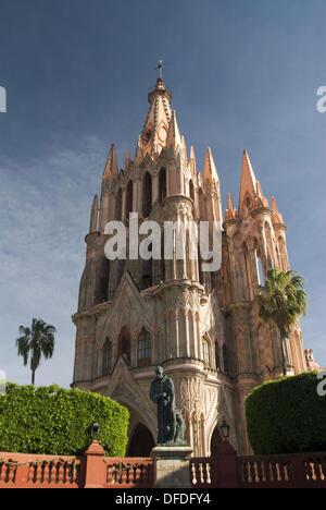 'La Parroquia''église de St Michel Archange construit à la fin du 19ème siècle et la statue de Frère Juan de San Banque D'Images